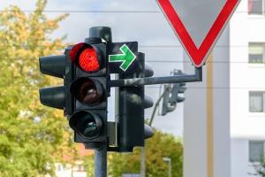 Sie können bei Rot nach rechts abbiegen, wenn ein grüner Pfeil ausgeschildert ist