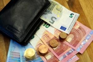 Albanischer Führerschein. Das Umschreiben bedeutet Kosten.