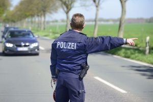 Bei Alkoholkontrollen im Straßenverkehr achten die Polizisten auf verschiedene Indizien.