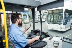 Die Angaben zu Steh- und Sitzplätzen sowie dem zulässigen Gesamtgewicht finden sich auf Höhe des Fahrers.