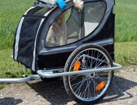 Der Anhänger vom Mofa wird genauso befestigt wie jener beim Fahrrad.