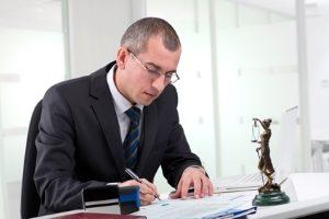 Ein Anwalt für Transportrecht kann sich unter anderem um die Formulierung von Verträgen kümmern.