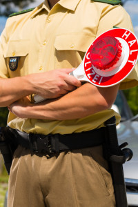 Eine Anzeige wegen Schubsen kann bei der Polizei erstattet werden.