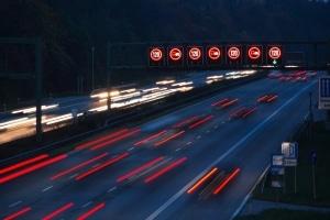 Aus fahrendem Auto geblitzt: Videonachfahrsysteme werden bevorzugt auf der Autobahn eingesetzt.