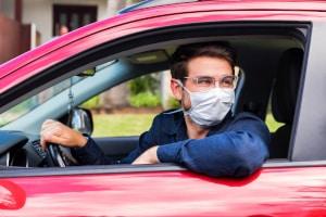Das Gesicht muss erkennbar bleiben, wenn Sie mit dem Auto fahren und wegen Corona eine Maske tragen.