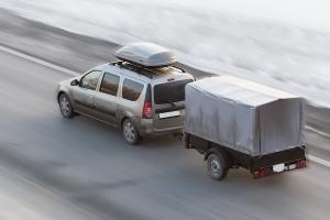Mit der richtigen Plakette erhöht sich auf der Autobahn die Höchstgeschwindigkeit für Gespanne.