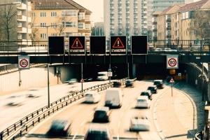 Auch die elektronischen Anzeigen auf der Autobahn sind eine Form von Lichtzeichenanlage.