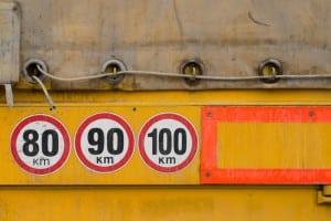 Die Geschwindigkeitsbegrenzung auf der Autobahn ist für Lkw gesondert vorgegeben.