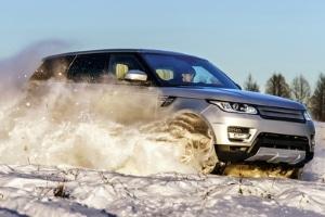 Autofahren bei Schnee: Die richtige Bereifung sorgt für mehr Grip.