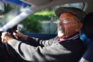 Das Autofahren im Alter stellt teilweise eine besondere Herausforderung dar.