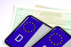 Beim Autofahren in Lettland dient das Kennzeichen als Nachweis für den Versicherungsschutz.