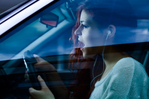 Darf man beim Autofahren mit Kopfhörern Musik hören?