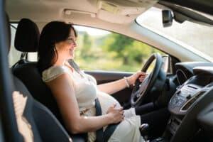 Ein spezieller Autogurt für Schwangere sorgt dafür, dass nichts drückt.