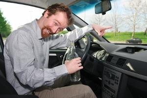 Autounfall: Mit Alkohol am Steuer steigt das Risiko.