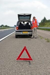 Wie Sie nach einem Autounfall vorgehen: Sichern Sie zuerst die Unfallstelle ab.