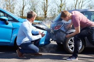 Ein Autounfall wegen Handy am Steuer geht nicht immer nur mit einem Blechschaden aus.