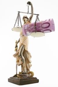 Bei einem Bänderriss kann das Schmerzensgeld auch vor Gericht entschieden werden.
