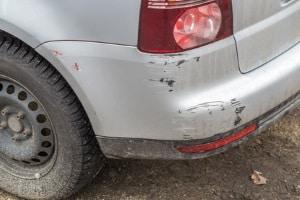 Wird strafrechtlich verfolgt: Wenn bei einem Bagatellschaden Fahrerflucht begangen wurde.