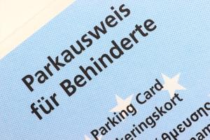 Der Behindertenparkausweis soll für Parkerleichterungen sorgen.
