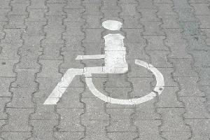 Der für Menschen mit Behinderung ausgestellte Parkausweis berechtigt zum Parken auf einem Behindertenparkplatz.
