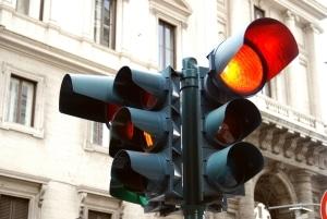 In der Probezeit bei Rot über die Ampel zu fahren, kann doppelt schmerzen.
