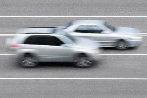 Beim Überholen geblitzt: Ein solches Fahrmanöver rechtfertigt keine Überschreitung der Höchstgeschwindigkeit.