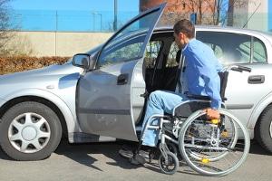 Ein blauer Parkausweis für Menschen mit Behinderung kann bei der Straßenverkehrsbehörde im Ordnungsamt beantragt werden.