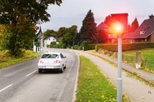 Eine Blitzer-Attrappe ist legal, solange sie keine störenden Lichtsignale aussendet.