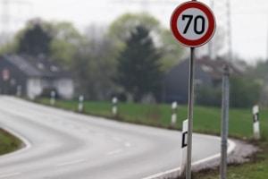 Für das Blitzer-Aufstellen ist ein Mindestabstand zu Geschwindigkeitsschildern zu beachten.
