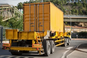 Bremsen: Ein schwerer Anhänger muss beim Abstellen zusätzlich mit Unterlegkeilen abgesichert sein.