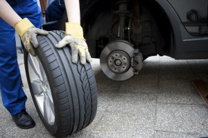 Die Bremsen liegen an der Radaufhängung der Fahrzeugachsen hinter den Reifen.
