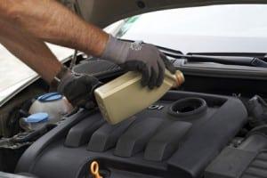 Die Bremsflüssigkeit dient bei hydraulischen Bremsen der Kraftübertragung.