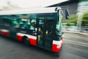 Vorsicht vor einem Bußgeld mit dem Bus: Die zulässige Geschwindigkeit variiert je nach Ortslage und Art des Busses.