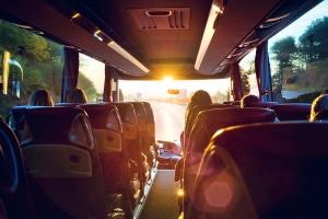 Um einen Bus mit einem Anhänger führen zu dürfen, benötigen Sie die entsprechende Fahrerlaubnis.