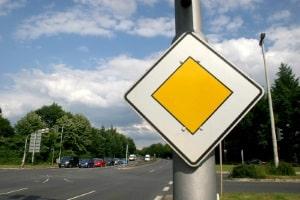 Ein Bußgeld droht bei einer Vorfahrtsmissachtung mit einem Unfall in jedem Fall.