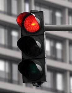 Ein hohes Bußgeld: Eine rote Ampel mit dem Fahrrad zu überfahren, kann teure Konsequenzen nach sich ziehen.