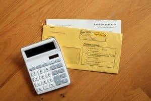 Die Bußgeldstelle in Karlsruhe kann Bußgelder, Verwarnungsgelder und Fahrverbote festsetzen.