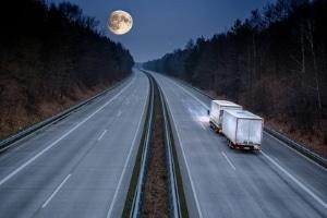 Beim CE-Führerschein sind unter anderem Sonderfahrten bei Nacht bzw. Dunkelheit vorgeschrieben.