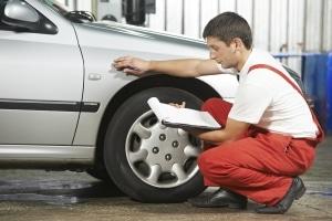 Ein DEKRA-Sachverständiger kann für ein Unfallgutachten beauftragt werden.