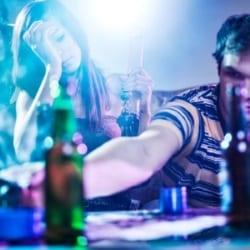 Drogen-Mischkonsum vor dem Autofahren ist fahrlässig und strafbar.