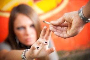 Drogentest: Sollten Sie passiv kiffen, kann dies über Urin-, Blut- oder Haarprobe nachgewiesen werden.