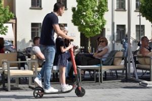 Es ist verboten, auf dem E-Scooter mit dem Kind zu fahren.