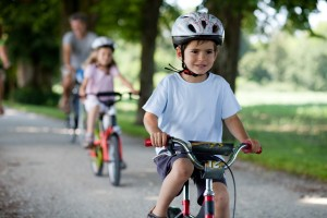 Beim Einfahren ins Grundstück gilt besonders, auf Fahrradfahrer und Fußgänger zu achten.