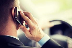 Ein Einspruch gegen den Bußgeldbescheid bei Handy am Steuer ist möglich.