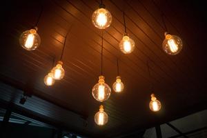 Energieverbrauchskennzeichnung: Lampen und Leuchten sind im Geschäft genau gekennzeichnet.