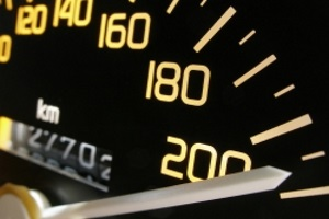 Der eso ES 3.0 misst mit Hilfe von fünf Lichtsensoren die Geschwindigkeiten von Fahrzeugen.