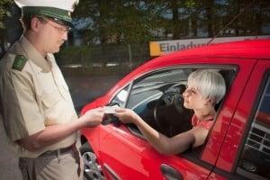 Fahren ohne Führerschein: Bei einer Kontrolle müssen Sie das Ausweisdokument stets vorweisen.