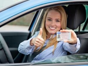 Dokument zu Hause vergessen = Fahren ohne Führerschein - auch bei Unfall nur geringfügige Ordnungswidrigkeit.