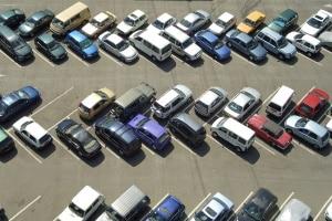 Wo darf man ohne Führerschein das Fahren üben? Auf dem Parkplatz eines Supermarktes ist dies nicht gestattet.