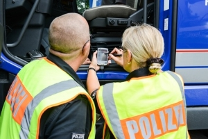 Informationen der Fahrerkarten speichern: Ein Lesegerät ermöglicht den Zugriff auf die Daten.